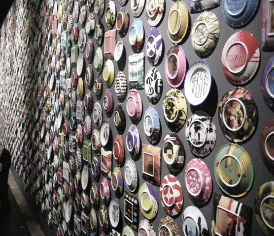 la decorativa parete di piatti